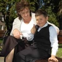 Grzesio Grudel z Ełku cieszy się, że jest już pierwszoklasistą ze Szkoły Podstawowej nr 2. Na zdjęciu z mamą Czesławą.