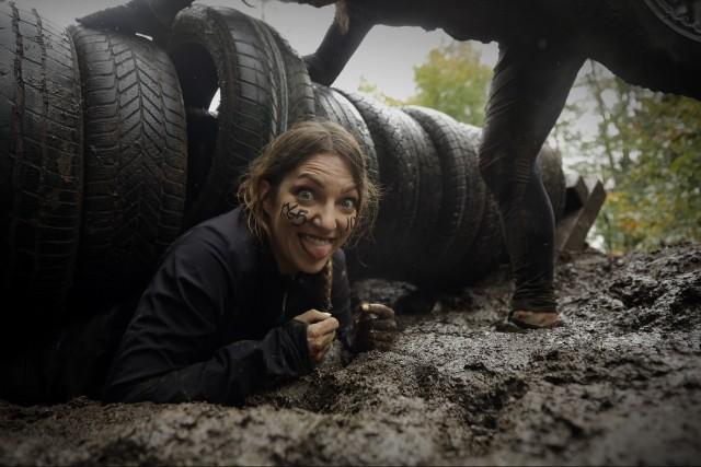 Uczestnicy Runmageddonu, mimo że przeszkody na trasie biegu nie są łatwe do pokonania, nigdy nie tracą humoru