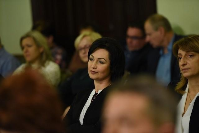 Renata Seruga-Tokarz to kandydatka na skarbnika miasta. Na razie na sesji musiała się przysłuchiwać sporom wiceprezydenta Artura Bochenka z radnymi
