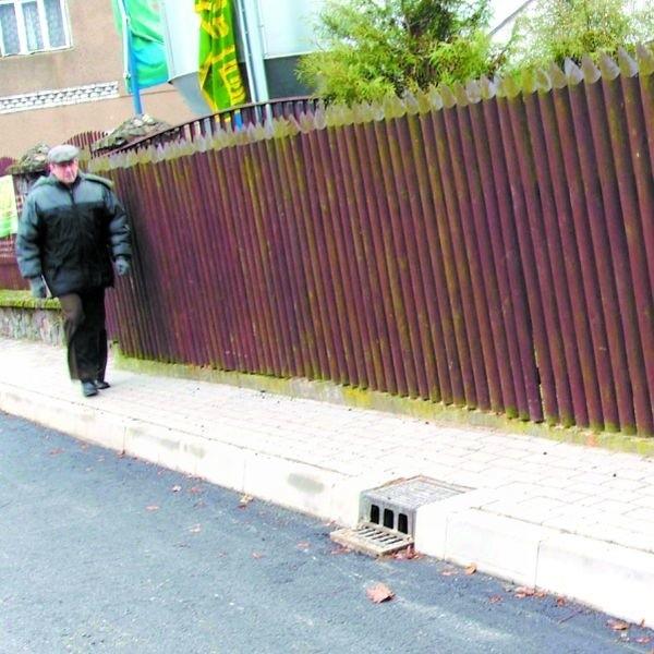 Na długości ok. 20 metrów chodnik ma zaledwie pół metra. - Budowa czegoś takiego jest bez sensu - uważają ludzie.