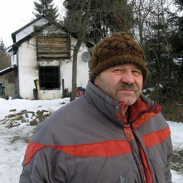 Antoni Wojnarowicz przed domem, w którym w styczniu wybuchł pożar.
