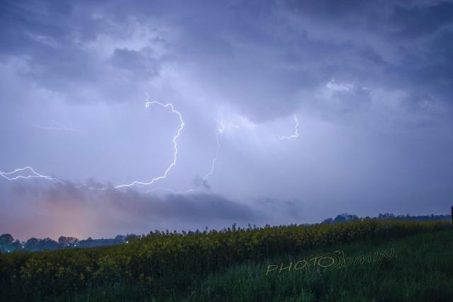 Nad Czerwieńskiem burza zaczęła przybierać na sile mniej więcej od godziny 23.00. W środę, 12 maja, spadła tu ściana deszczu. Niezwykłe pioruny uchwycił na fotografiach nasz Czytelnik, Dominik Brzezicki. Wideo: Ulewa nad Lubuskiem: