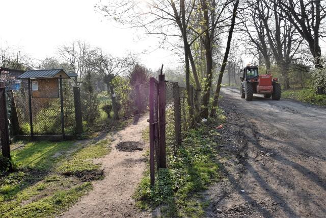 Z powodu budowy centrum przesiadkowego Opole Wschodnie przy działkach przy ul. Rataja jeździ ciężki sprzęt. Działkowcy obawiają się, że wkrótce wjedzie na teren ich ogródków.