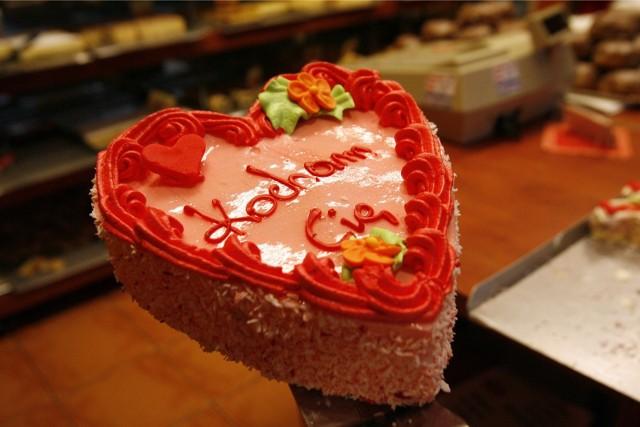Wierszyki na Walentynki  - to najlepszy sposób, żeby wyrazić swoje uczucie do kogoś bliskiego. Złóż życzenia na walentynki tej osobie, którą kochasz. Podpowiadamy najfajniejsze ŻYCZENIA NA WALENTYNKI - WIERSZYKI WALENTYNKOWE DLA NIEJ I DLA NIEGO - WALENTYNKI MMS, WALENTYNKI SMS - KRÓTKIE WIERSZYKI NA WALENTYNKI.