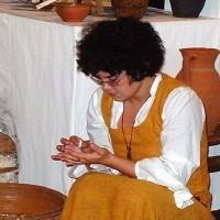 Małgorzata Kuklińska, archeolog, od kilku lat prowadzi lekcje dla młodzieży, ucząc ich najdawniejszej historii Łomży