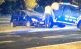 Wypadek na ul. Brzezińskiej, samochód dachował, ranna kobieta