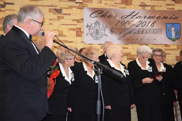 """Dwa jubileusze świętowano ostatnio w Janowcu. Były to 120-lecie miejscowego chóru Harmonia oraz 20-lecie Klubu Seniora """"Uśmiech""""."""