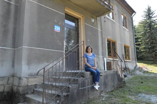 Wiktoria Charczenko przed budynkiem, który ma stać się domem dla pięciu polskich rodzin z Donbasu. Także dla niej