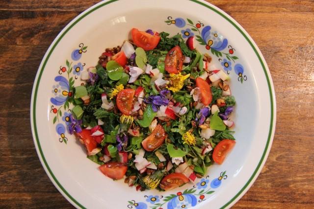 """Wiele """"chwastów"""" i pospolitych dzikich roślin jest jadalnych i smacznych. Można nimi urozmaicić różne dania. Zobacz, co i jak wykorzystać do przygotowania na przykład takiej kolorowej sałatki i nie tylko."""