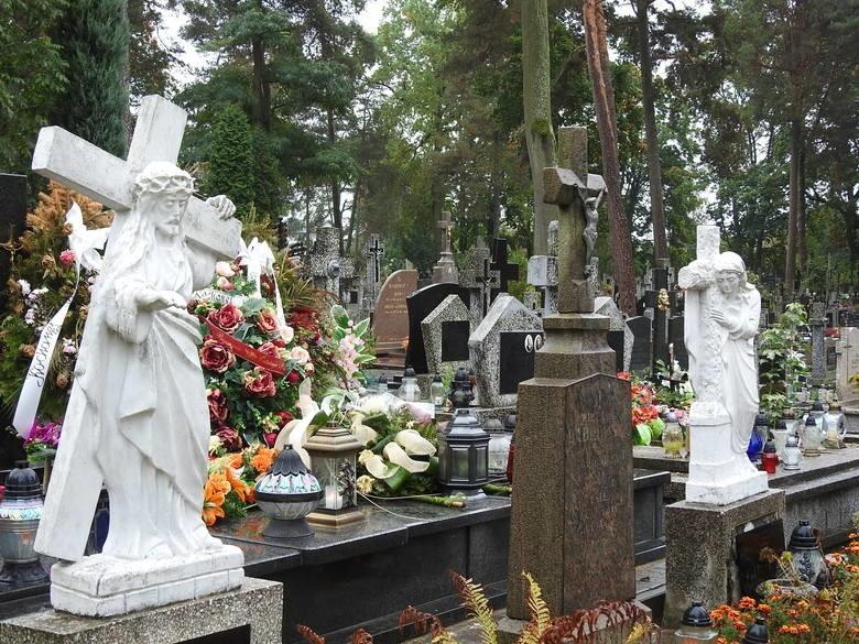 Sanepid przerwał uroczystości pogrzebowe pod Bielskiem Podlaskim. Okazało się, że zmarły 80-latek był zakażony koronawirusem. Trumnę zabrano i pochowano bez obecności rodziny.