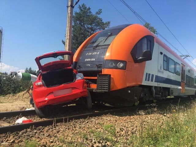 Wypadek śmiertelny na przejeździe kolejowym w m. Zaskale (gm. Szaflary). W zderzeniu pociągu z autem nauki jazdy zginęła 18-letnia kobieta.