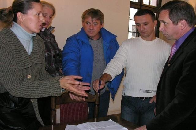 Po trwających w przerwie sesji Rady Miejskiej negocjacjach z udziałem kupców, radnych i wiceburmistrza Stanisława Kowalczyka udało się przyjąć nowe stawki opłaty targowej.