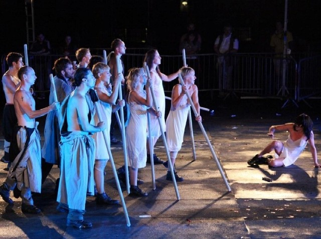 Teatr KTO oddał złożoność relacji panujących w grupie ślepców, grozę powieści Saramago i ciemną stronę ludzkiej natury