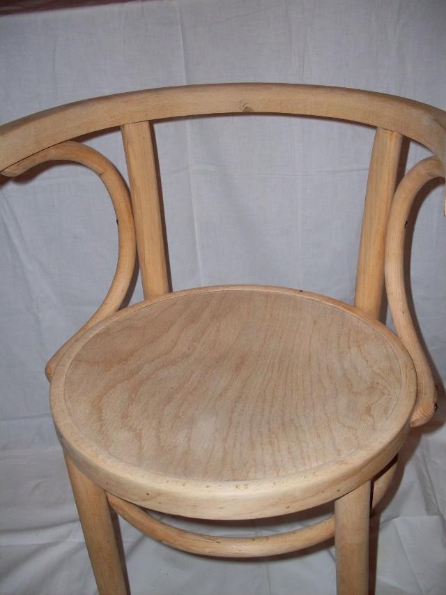 Aby odnowić stare krzesło nalezy najpierw zetrzeć z niego stare warstwy lakieru. Fot. A. Niedzielska