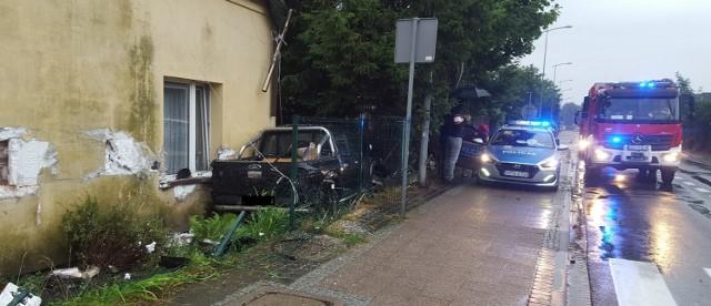 W Pruszczu Gdańskim po zderzeniu trzech samochodów, jeden z nich uderzył w dom!