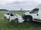 Karwowo. Wypadek na drodze krajowej 61. Dwie osoby trafiły do szpitala po zderzeniu busa ze skodą [ZDJĘCIA]