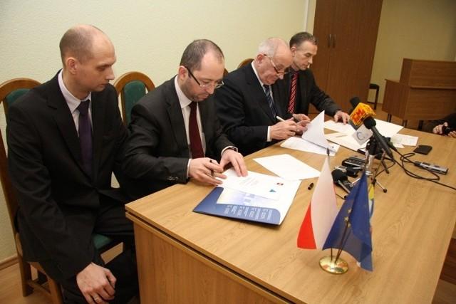 Prezes Zakładów Mechanicznych w Tarnowie (drugi z le-wej) i rektor Politechniki Świętokrzyskiej profesor Stanisław Adamczak podpisują umowę o współpracy.