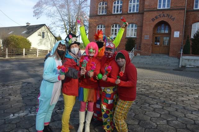 """Członkowie """"Fundacji Dr Clown"""" wystąpili przed """"Betanią""""."""