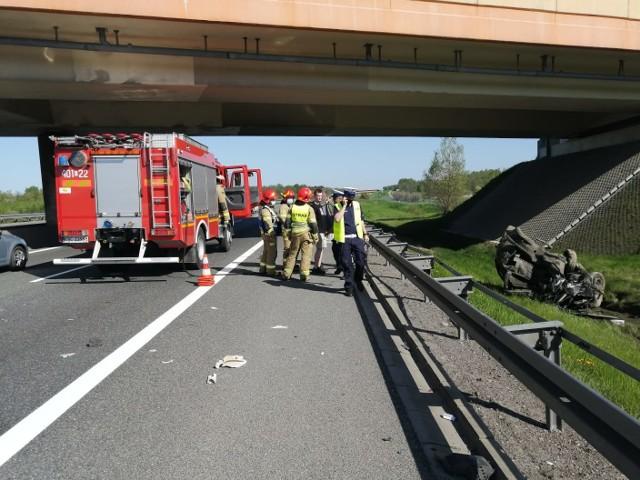 Wypadek na autostradzie A4 w Borku koło Bochni. Samochód osobowy wylądował w rowie, 11.05.2021