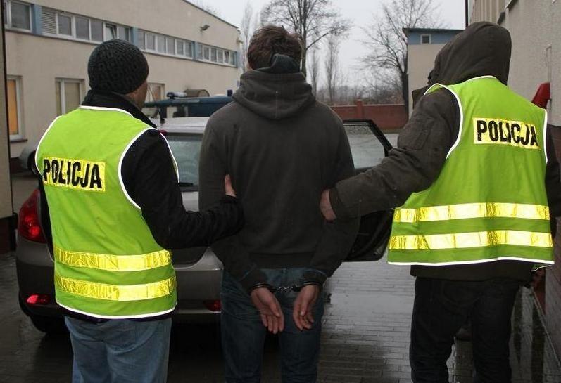 Rozbój przed bankiem w centrum Szczecina. Mężczyznę powstrzymali przechodnie oraz policjanci.