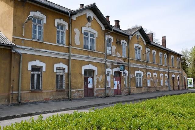 Dworzec kolejowy w Rozwadowie to zrujnowany budynek i wymaga gruntownej modernizacji, aby służył podróżnym