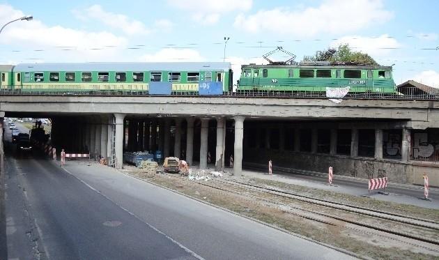 Pociągi przejeżdżające przez wiadukt muszą poruszać się bardzo powoli.