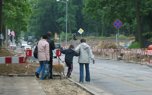 Przy ul. Wały Chrobrego drogowcy pozajmowali chodniki i piesi nie mają którędy chodzić. Chodzą więc... po ulicy.