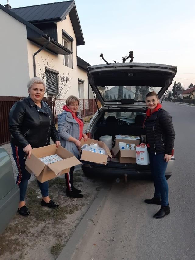 """Pracownice salonu urody """"Strefa kobiet"""" przekazały szpitalowi w Janowie Lubelskim dwa baniaki, około dziesięciu butelek płynu dezynfekcyjnego i inne dary"""