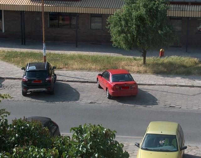 Kierowcy stawiają auta w miejscu, gdzie jest przystanek autobusowy. To zdjęcie nasz Czytelnik zrobił we wtorek około godziny 17.