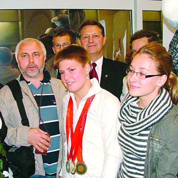Joanna Mendak na lotnisku Okęcie, razem z trenerem Edwardem Decem (z lewej) i prezydentem Józefem Gajewskim (z tyłu)