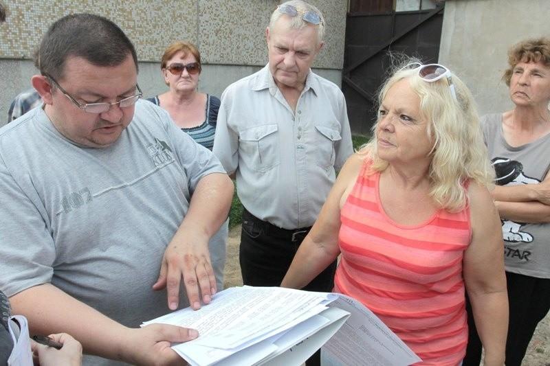 Mamy umowy, że będziemy płacić od wodomierzy a nie z ryczałtu – mówią rozgoryczeni mieszkańcy bloku przy Mieszka I 15.