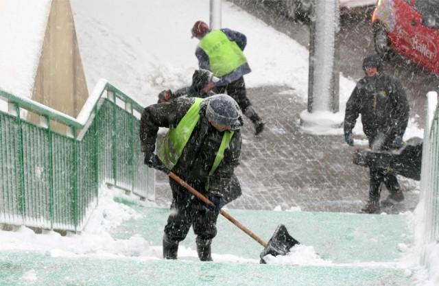Śnieg i deszcz. Dla pieszych późna zima to najgorszy czas