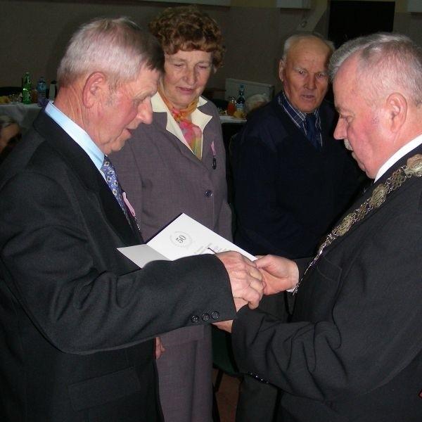 Jako pierwsi z 13 par, odznaczenia otrzymali Michał i Nina Aleksiejukowie  Medale przyznane przez Prezydenta RP wręczał wójt gminy, Michał Wróblewski.