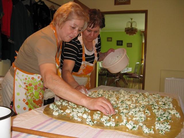 Turyści, którzy odwiedzą Bohoniki, będa mieli okazję nie tylko spróbować tatarskich specjałów, ale też zobaczyć, jak one powstają. Na zdjęciu: Maria Radecka (z lewej) i Żanna Szczęsnowicz.