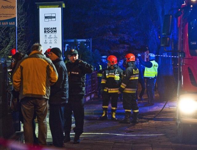 """Do tragicznego pożaru w escape roomie """"To Nie Pokój"""" przy ul. Piłsudskiego w Koszalinie doszło 4 stycznia 2019 r. po godz. 17. Zginęło pięć 15-letnich dziewcząt."""