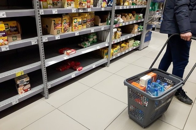 Koronawirus mocno namieszał w wydatkach i zakupach mieszkańców województwa łódzkiego i pozostałych regionów kraju. Więcej wydaliśmy na żywność, mniej na wyjścia do restauracji i noclegi w hotelach, co szczególnie nie dziwi, gdyż i knajpy i miejsca noclegowe były przez wiele tygodni pozamykane.Pandemicznym wydatkom przyjrzeli się pracownicy Głównego Urzędu Statystycznego. Sprawdzali również, ile w ubiegłym roku wyniósł tzw. dochód rozporządzalny, czyli ile mieliśmy pieniędzy na wydatki i oszczędności - po zapłaceniu podatków oraz składek.Czytaj dalej