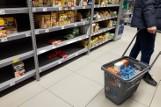 Przez pandemię kupujemy mniej chleba i wędlin, ale więcej mąki, masła, sera i cukru. GUS zbadał, jak Polacy jedzą w pandemii