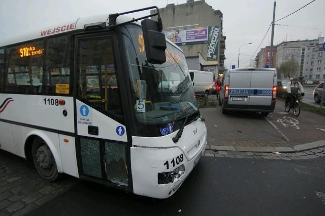 Zderzenie autobusu DLA i auta marki Ford na ulicy Hubskiej - 11.12.2013
