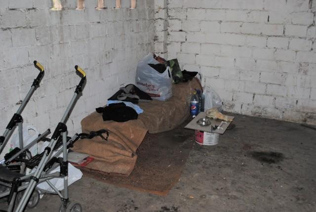 Cały swój dobytek bezdomny zgromadził w tym śmietniku