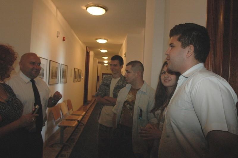 Paweł, Ewa, Puzel i Michał obdarowali radnego Jarosława Dudkowiaka wodą. Na korytarzu ratusza jeszcze o tym dyskutowali z samorządowcem.