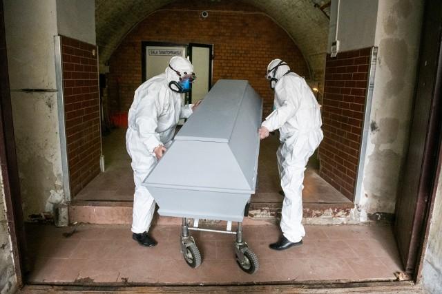 Transport zmarłych na COVID-19 to nie tylko obciążenie psychiczne, ale i wysiłek fizyczny. Zdarza się, że czasami z samochodu na wózek trzeba przenieść 160 i więcej kilogramów