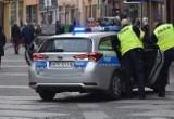 Atak nożownika w Bytomiu. Sprawca wbił taksówkarzowi nóż w szyję. Policjanci ruszyli w pościg