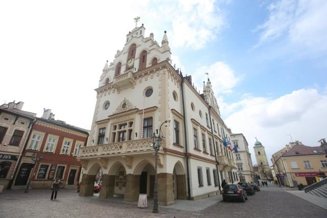 Reforma administracyjna 1999 r. sprawiła, że Rzeszów po raz kolejny stał się beneficjentem korzyści, jakie daje fakt bycia stolicą jednego z polskich województw.
