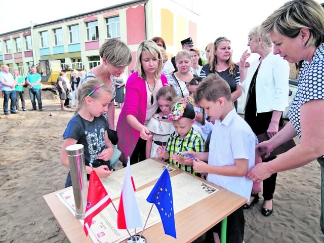 Uroczystość wmurowania kamienia węgielnego pod budowę nowego przedszkola w Brzozie.