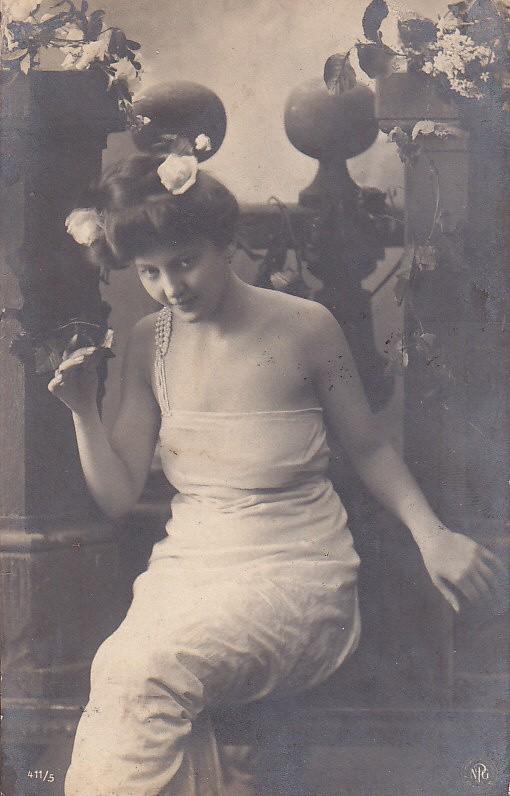 Piękne kobiety na widokówkach sprzed stu lat