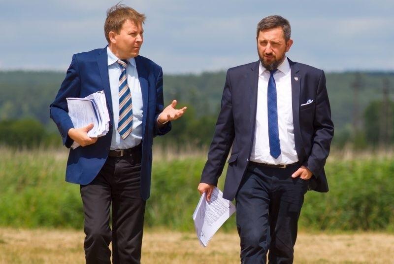 Mariusz Żukowski, sekretarz gminy (od lewej) i Radosław Dobrowolsk, burmistrz Supraśla.