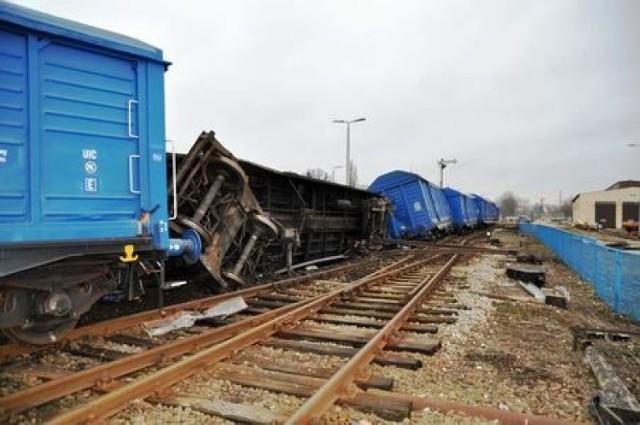 Z szyn wypadły cztery wagony.