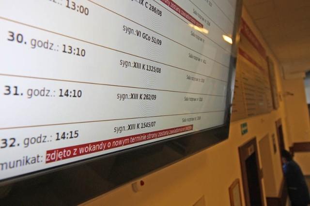 W słupskim Sądzie Rejonowym o odwołanych sprawach można przeczytać na monitorze w holu.