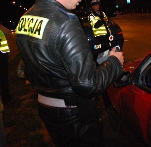 Policjanci ścigali pijanego kierowcę daewoo espero przez całe miasto. Pirat staranował kilka aut, potrącił też funkcjonariuszy. Miał 1,8 promila alkoholu we krwi