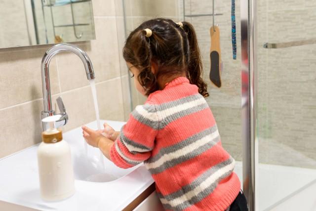 Choć dzieci rzadziej chorują z powodu koronawirusa, wciąż powinny dbać o higienę, ponieważ przenoszą patogen nawet nie mając objawów COVID-19